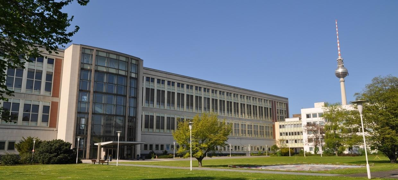 Schlossplatz 1 - Campus der ESMT Berlin  30