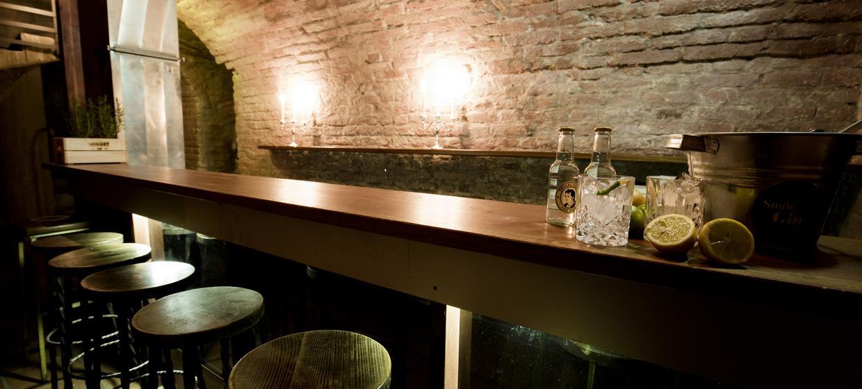 Schwarze Bar 3