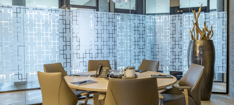 Lichtdurchflutete Meetingräume in der City 13