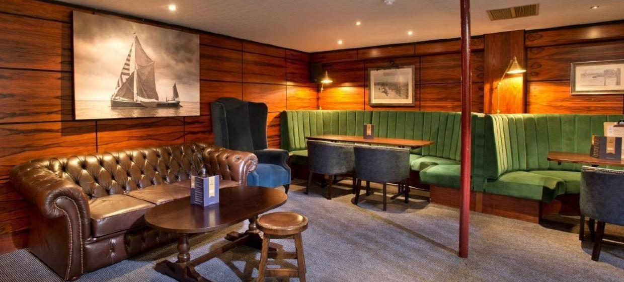 Charming Pub on a Boat in an Iconic Location  7